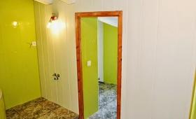 Vamos a tunear el baño. Capítulo 4. Colocamos friso e interruptores